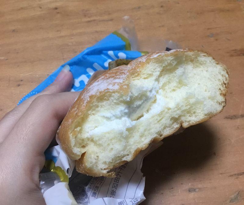 クリームが大盛りのドーナツ
